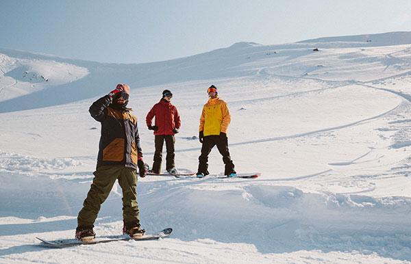 Lezione di snowboard in neve fresca